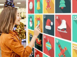 Audace - Femme jouant à un jeu numérique grand format dans un centre commercial durant les Fêtes