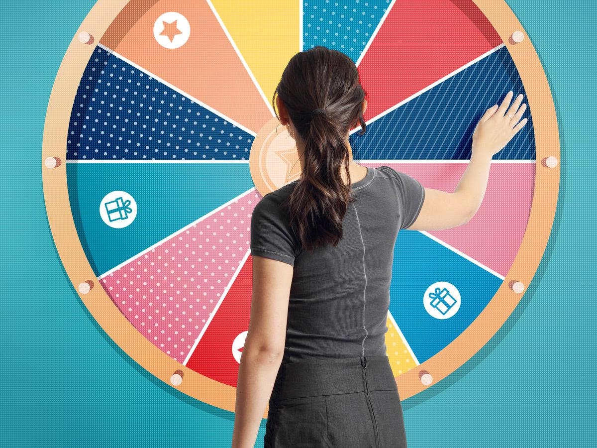 Audace - Femme qui tourne une roue de fortune numérique sur écran gérant