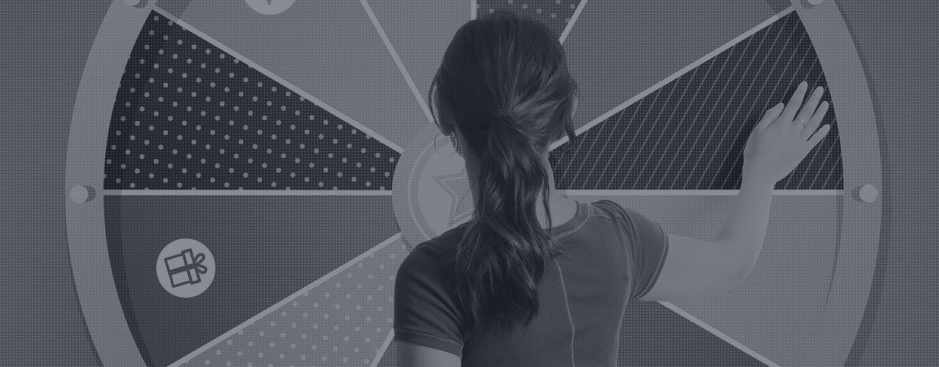femme de dos jouant sur une roue de fortune numérique