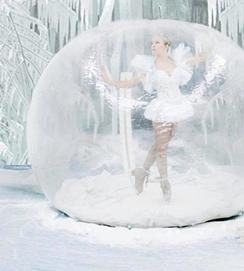 Ballerine dans une bulle | Concepts d'arrivée du père Noël à l'ère du covid